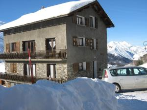 Location gîte, chambres d'hotes Chalet with 4 bedrooms in Camparan with wonderful mountain view furnished garden and WiFi 3 km from the slopes dans le département Hautes Pyrénées 65
