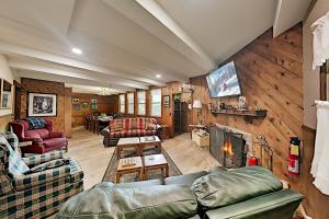 Iconic All-Suite Swiss Chalet with Fireplaces home - Hotel - Big Bear Lake