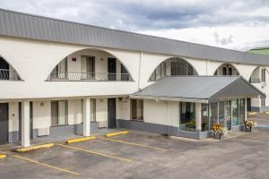 Howard Johnson by Wyndham Downtown Kamloops - Accommodation