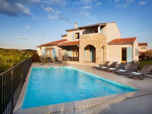 Beautiful Villa in Baredine with Garden