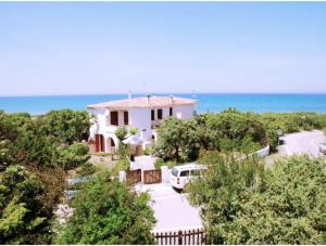 Eden Beach Villa for 8 to 10 people 50 meters from the sea, with private garden