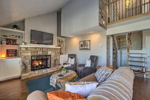 Townhome with Deck Less Than 1 Mi to Beech Mtn Resort!