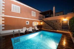 New elegant villa with pool, quiet area, close to the beach
