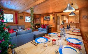 Chalet Cote Coeur, La Tania, with Outdoor Hot Tub and 7 Ensuite Rooms - Hotel - La Tania