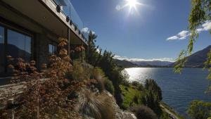 Kohanga Luxury Lakeside Villa by Amazing Accom - Hotel - Queenstown