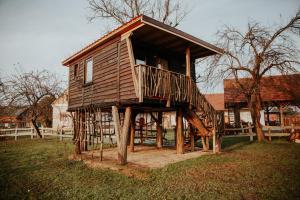 Treehouse Drevesna hiška Štrkovo gnezdo