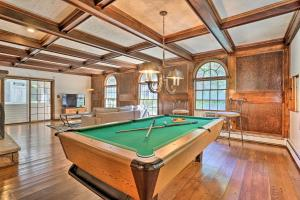 Elegant Manor with Expansive Outdoor Area & Pool - Hotel - Saylorsburg