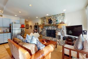 Lovely Vail Village Creekside 2 Bedroom Condo with Hot Tub and Pool. - Hotel - Vail