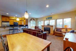 Beautiful East Vail 3 Bedroom Condo w/Hot Tub On shuttle Route. - Hotel - Vail