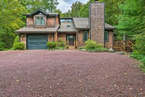 Elevated Forest Escape with Deck and Walk to Pool - Hotel - Pocono Pines