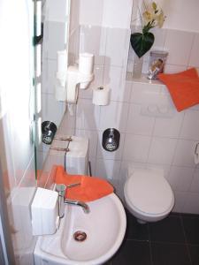 DARZ GästeZimmer, Guest houses  Hamburg - big - 44