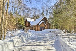 Secluded Lakefront Cabin with Deck Ski and Hike! - Hotel - Pocono Pines