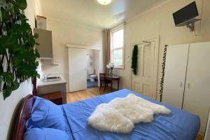 Neat Little Space to Relax Self-contained room Alone or For 2! North manor boarding house