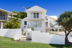 The White House - Central Coolum with Spectacular Ocean Views and WiFi