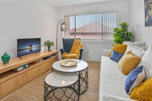 Comfy Unit with Balcony and Parking near The Gabba