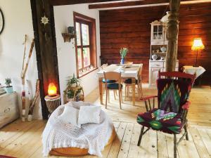 Drewniany domek z kominkiem