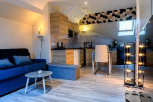 Au bord du lac d'Annecy, logement type Loft, dans résidence avec plage et ponton privée - Hotel - Duingt