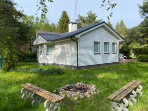 Mały biały domek pomiędzy kaszubskimi jeziorami
