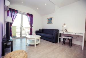 LURIA apartmens red & violet