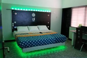 GreenHouse Cozy Avocado Room
