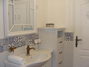 Holiday house in Ičići with sea view, balcony, air conditioning, WiFi (4914-1)