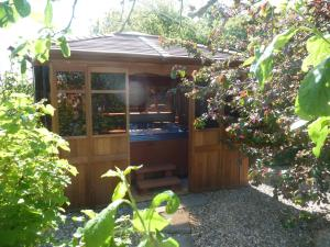 Clondanagh B&B and Farm-on-the-Lake, Bed & Breakfasts  Tulla - big - 24
