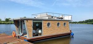 Houseboat apartament pływający dom na wodzie łódź