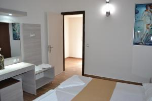 Karavos Hotel Apartments, Aparthotels  Archangelos - big - 61
