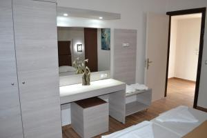 Karavos Hotel Apartments, Aparthotels  Archangelos - big - 43