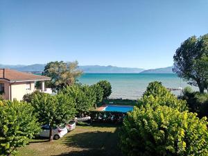 Casa Lugana 8 - monolocale con piscina fronte lago - AbcAlberghi.com