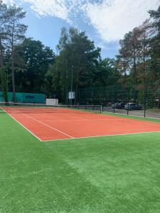 Uroczy apartament z basenem i kortem tenisowym