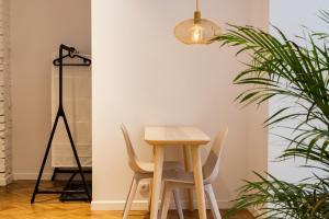 Sympatyczne studio z palmą areka A nice studio with areka palm tree