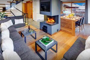 Location gîte, chambres d'hotes Beautiful ski chalet cosy open fire hot tub & stunning views - OVO Network dans le département Haute Savoie 74