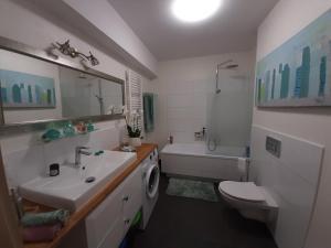 APART salon z aneksem kuchenym 2 sypialnie łazienka