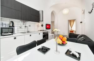 Apartment Black & White - abcRoma.com