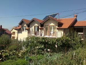 Guest House Kliment, Apartmanok  Pestani - big - 16