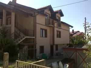 Guest House Kliment, Apartmanok  Pestani - big - 18