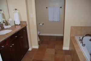 Three-Bedroom Upstairs Villa Unit 358 by Reynen Luxury Homes, Apartments  La Quinta - big - 4