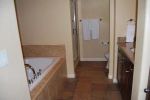 Three-Bedroom Upstairs Villa Unit 358 by Reynen Luxury Homes, Apartments  La Quinta - big - 5