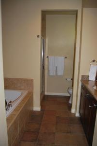 Three-Bedroom Upstairs Villa Unit 358 by Reynen Luxury Homes, Apartments  La Quinta - big - 28