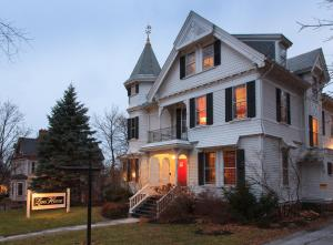 Lang House on Main Street Bed & Breakfast - Accommodation - Burlington