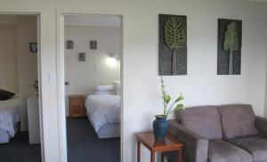 Tipi and Bobs Waterfront Lodge, Turistaházak  Tryphena - big - 47