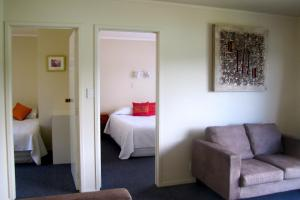 Tipi and Bobs Waterfront Lodge, Turistaházak  Tryphena - big - 30