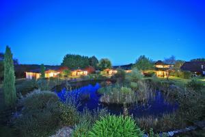 Au Jardin Fleuri hôtel à Bosset avec piscine, spa et sauna