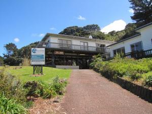 Tipi and Bobs Waterfront Lodge, Turistaházak  Tryphena - big - 61
