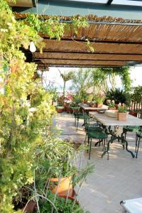 Terrazza Pavone, Apartmanok  Aci Castello - big - 7