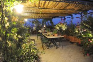 Terrazza Pavone, Apartmanok  Aci Castello - big - 10