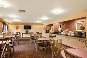 Super 8 by Wyndham Milwaukee Airport, Hotely  Milwaukee - big - 39
