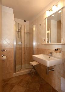 Prestige Doppel-/ Zweibettzimmer Cala Sisine mit Meerblick