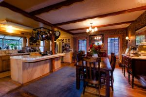 Strawberry Valley Inn - Hotel - Mount Shasta